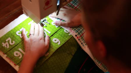 szycie : using a sewing machine to make advent calendar Wideo