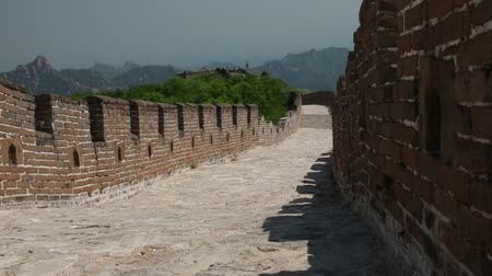 onarılmış : wall and tourists on the great wall of china beijing jiankou section Stok Video