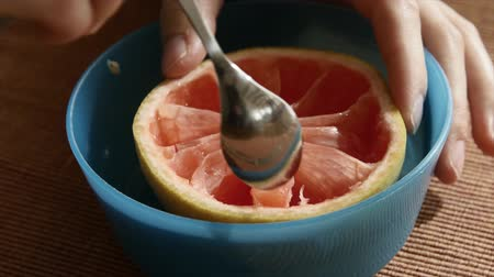 winogrona : Woman eats grapefruit for breakfast