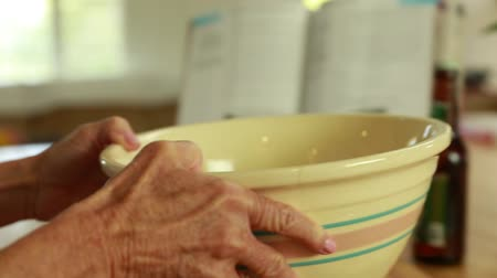 medir : woman gets bowl to make artisan bread dough