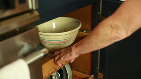 kabine : woman grabs a mixing bowl from cabinet Stok Video