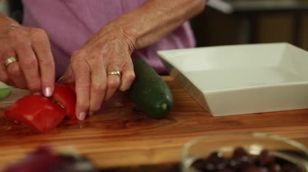 bitkisel : woman preparing a delicious greek salad with tomatoes Stok Video
