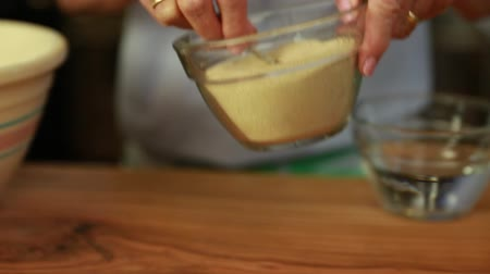 medir : woman puts yeast in beer bread dough