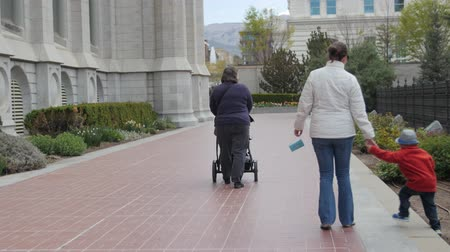 sagrado : A young family walking through the gardens of Temple Square in Salt Lake City Utah