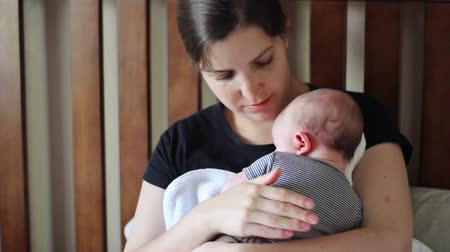 okşamak : A young mother holding her beautiful newborn baby boy Stok Video