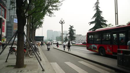 rowerek : traffic on a busy chinese street in chengdu china Wideo