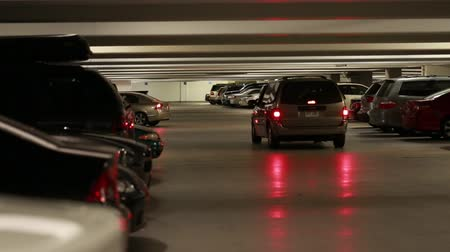 множество : parked cars inside a full parking garage
