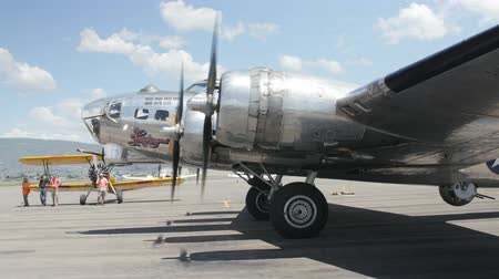 ranvej : Heber City, Utah - June 14 2015: An original B17 bomber and other aircraft at a World War II exhibit at the Heber City Airport Dostupné videozáznamy