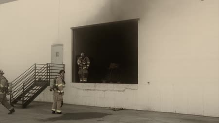 machado : firefighters putting out a fire at a warehouse Vídeos