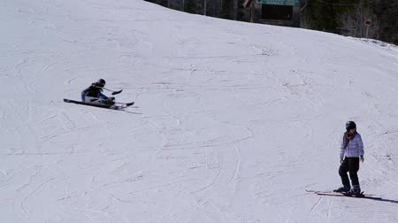 esqui : A skier learning how to ski in a chair