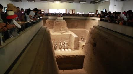 terrakotta : Tourists at the Terra Cotta Warrior Museum in Xian China