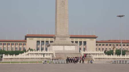 elnök : tourists wait in a line to see chairman mao zedong embalmed body in beijing china