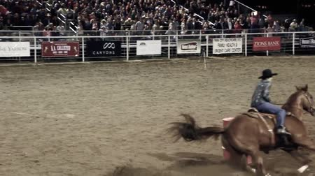 cowboy hut : Ein Cowgirl Barrel Racing beim Rodeo Videos