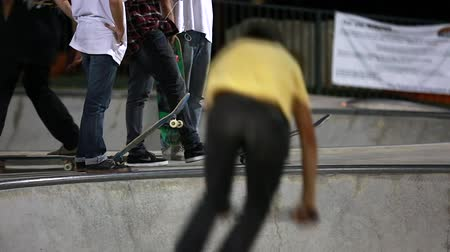 patim : people at a skate park at nightime