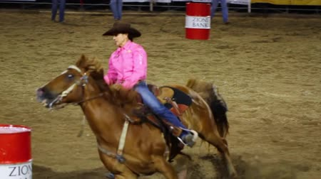 koń : Professional cowgirls barrel racing in a national PRCA rodeo