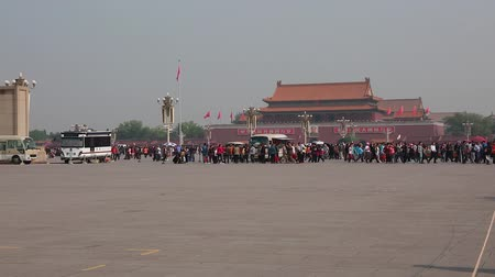autoridade : tourists wait in a line to see chairman mao zedong embalmed body