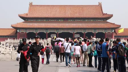 autoridade : tourists entering the gate of the forbidden city beijing china