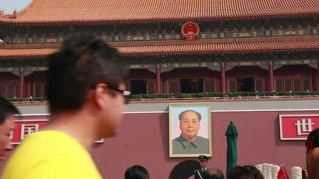 autoridade : tourists standing by entrance to forbidden city in tiananmen square beijing china Stock Footage