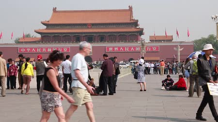 Пекин : tourists wait in a line to see chairman mao zedong embalmed body in beijing china