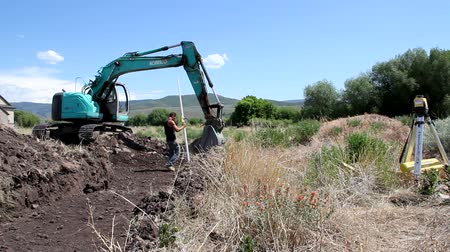 hidrolik : Workers excavate for the footings of a house. Stok Video