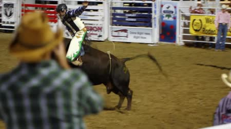 секунды : Cowboys ride huge bucking bulls in a small town PRCA rodeo. Стоковые видеозаписи