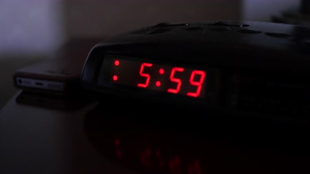 acorde : A digital alarm clock turns to six