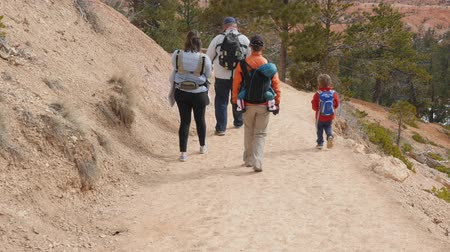 západ : A family walking on trail in Bryce Canyon National Park Dostupné videozáznamy