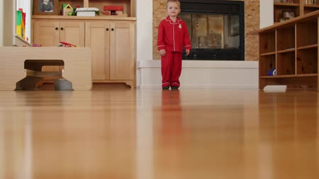 quantidade ínfima : A little boy walks around his house in pajamas and slippers Vídeos