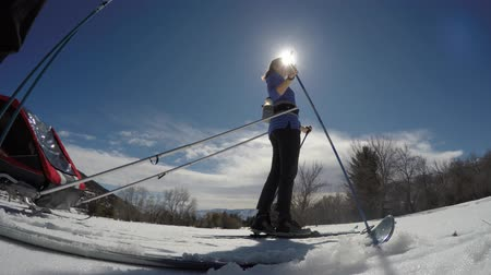 buty : A low shot of a woman cross country skiing on trail with kids Wideo