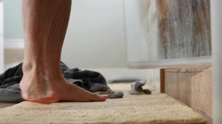 faíscas : A man gets out of shower to dry off Stock Footage