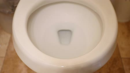 ceramika : A man lifts the lid on the toilet in the bathroom