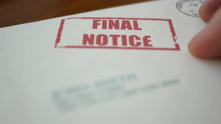 demanda : A man looking at final notice foreclosure letter from bank