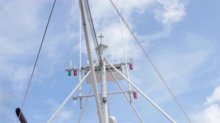 омар : A mast of a large fishing boat in the ocean