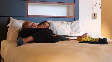 ágynemű : A mother and her boy in hotel room watching television