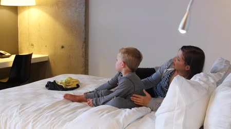 colchão : A mother and toddler in hotel room bed