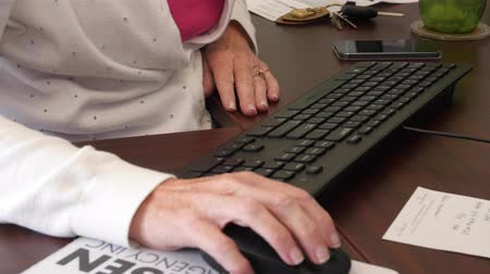 pracodawca : A secretary typing on a keyboard in the office
