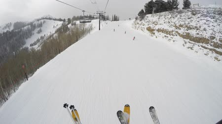 sportowiec : A shot of skis riding up a ski chair lift