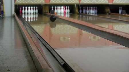 konkurenční : A slow motion shot of a bowling ball hitting pins