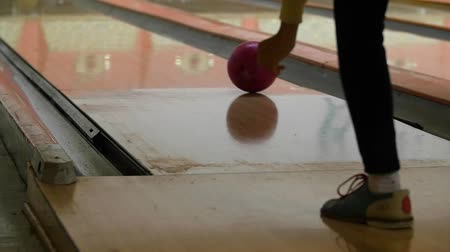 konkurenční : A slow motion shot of girl throwing bowling ball incorrectly