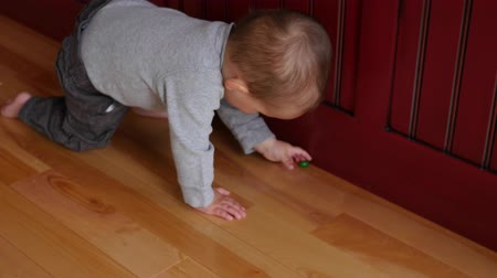 koszyk wielkanocny : Adorable little baby boy looking for easter eggs in home Wideo