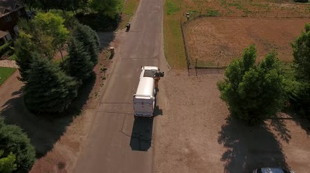 kolektor : Aerial shot of a local garbage truck lifting the garbage cans Dostupné videozáznamy