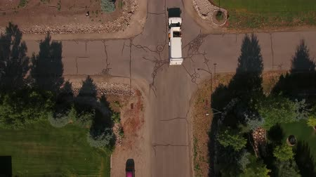 kolektor : Aerial shot of a sanitation truck driving through a city Dostupné videozáznamy