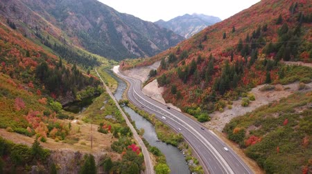 auto estrada : Aerial shot of cars driving on mountain highway with fall colors