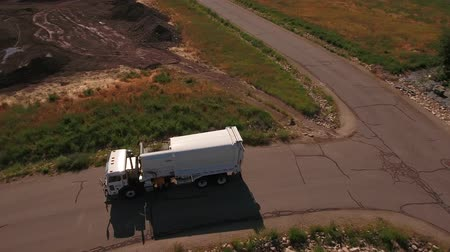 kolektor : Aerial shot of sanitation truck lifting the garbage cans Dostupné videozáznamy