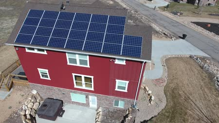 устанавливать : Aerial shot of the solar panels on a house rooftop