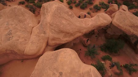 diabeł : Aerial shot of tourists at hoodoos at Devils Garden