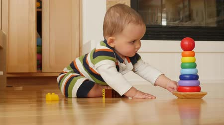 otcovství : An adorable little baby boy playing on family room floor