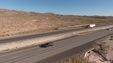 deserto : An aerial shot of semi truck on highway in the vast desert