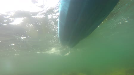 kano : An underwater shot of a sea kayak on surface of ocean Stok Video