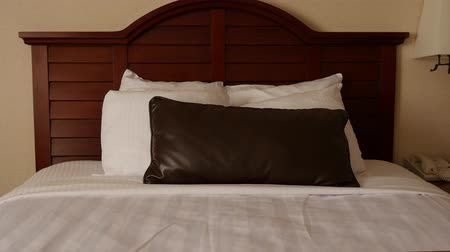 colchão : Beautiful interior dolly shot of a hotel room bed Stock Footage